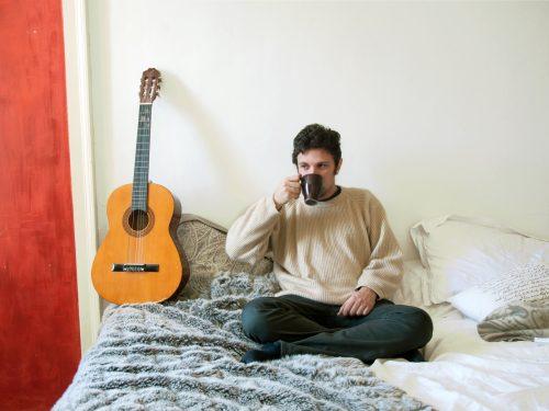 """Ascolta e scarica """"Tourist in my Hometown"""", l'esordio raffinato di Andrea Casale"""