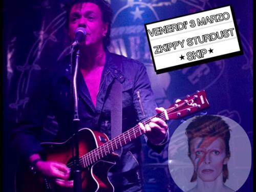 """Venerdì 3 marzo, al Joy di Milano, Skip Collins, già chitarrista di Gary Numan, business man a fianco di gente come Rolling Stones e Duran Duran, presenta """"Zkippy Sturdust"""", un prestigioso omaggio a David Bowie"""
