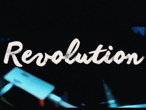 GLOSIE, un video glam per accompagnare REVOLUTION, tra pop ed elettronica moderna e pensata per avvolgere al meglio la voce di GLOSIE.