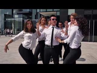 MAURIZIO IN, dopo l'apparizione a TU SI CHE VALES, che ha trascinato Belen e Mara Venier a ballare con lui a ritmo di FIGARO FIGARO, si ripresenta al pubblico con FIGARO FIGARO REMIX… versione dance del primo singolo tratto da LO SPECCHIO DELLA VITA