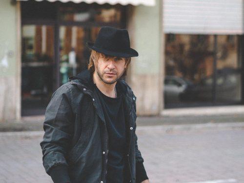 Il cantautore marchigiano Francesco Mircoli torna con il nuovo singolo Capodanno All'Api.
